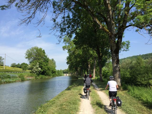 Cyclistes le long du Canal