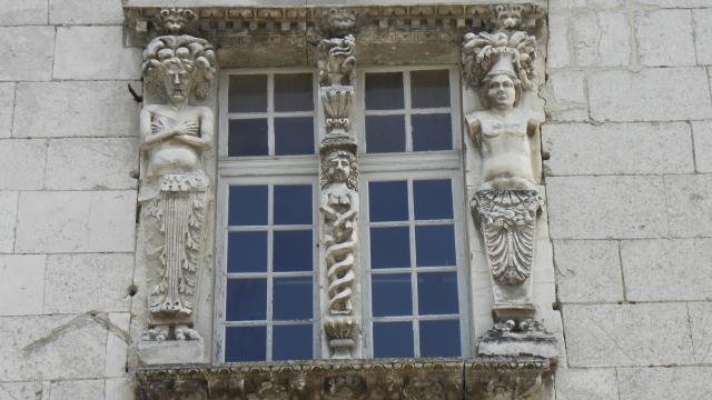 Coulanges la Vineuse-façade ornée-vignoble-Auxerrois